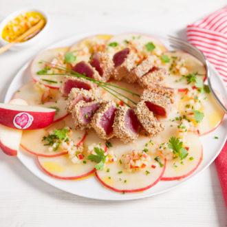 Tataki de thon mariné au sésame sur lit de pommes Pink Lady et sa sauce fraîcheur